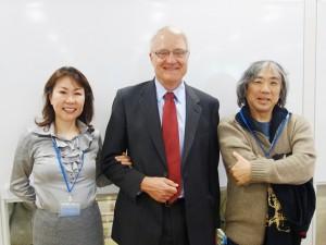 スモルト氏(中央)と長年、信頼関係で結ばれているアキ(右)と渡辺