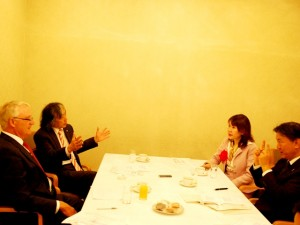 白熱した議論は2時間近くに及んだ(左奥は米国グローバルヘルス財団理事長のアキよしかわ、右奥はグローバルヘルスコンサルティング・ジャパン代表取締役社長の渡辺幸子)