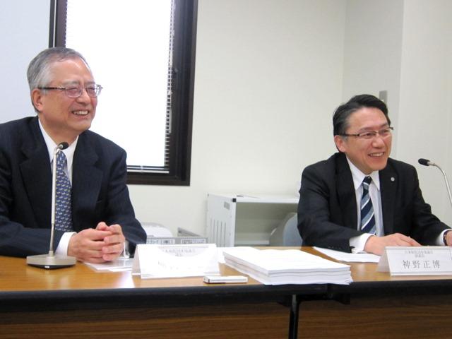 日本病院団体協議会が4月24日に開いた記者会見。向かって左が楠岡英雄議長、右が神野正博副議長