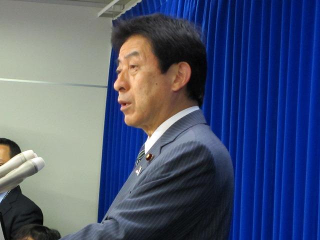 4月30日に、東京女子医大病院と群馬大病院の特定機能病院承認取り消しなどについて会見した塩崎恭久厚生労働大臣