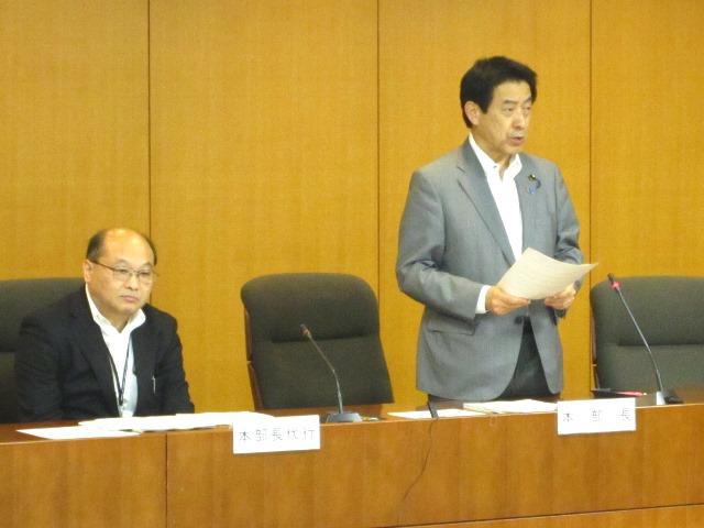 特定機能病院の集中立入検査の必要性などを説明する塩崎恭久厚生労働大臣(向かって右)