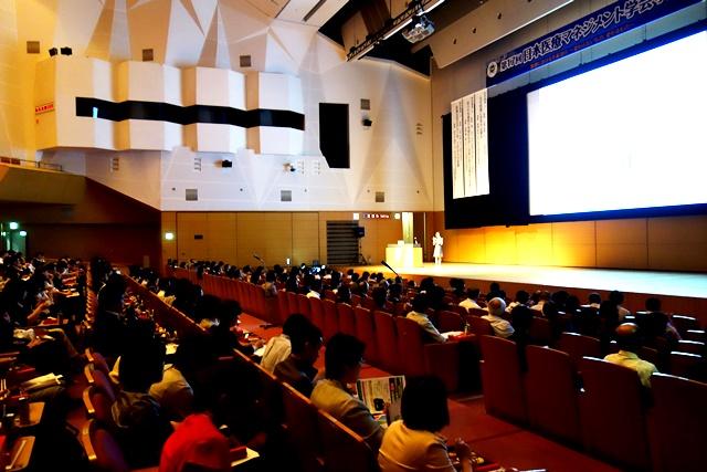 当日の会場には500人近くの聴講者が集まった