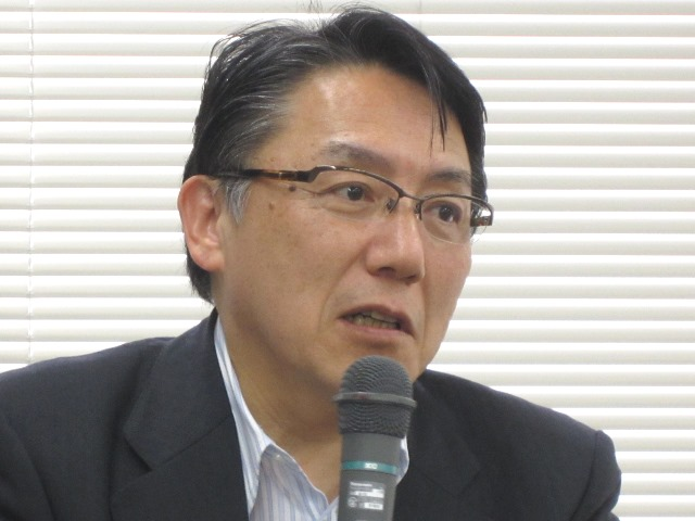 7月24日の記者会見で説明する、日本病院団体協議会の神野正博副議長