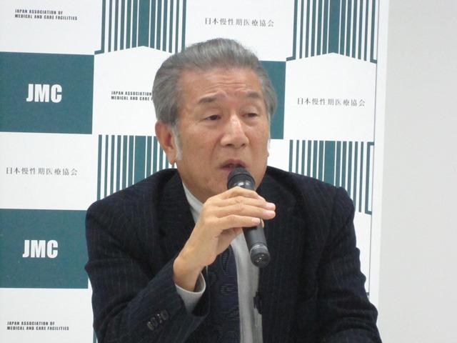 12月10日の日本慢性期医療協会・定例記者会見に臨んだ、武久洋三会長