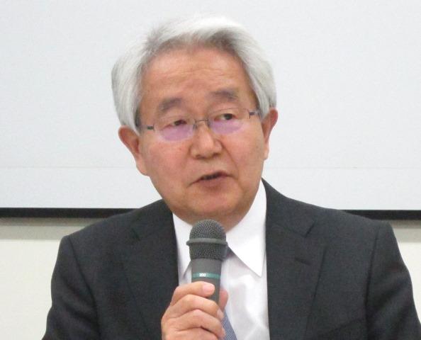 12月21日の定例記者会見で、7対1入院基本料の見直しなどについてコメントする日本病院会の堺常雄会長