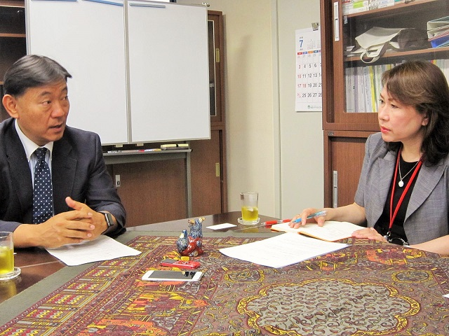 厚生労働省保険局の鈴木康裕局長(写真向かって左)と、グローバルヘルスコンサルティング・ジャパン(GHC)代表取締役社長の渡辺幸子(写真向かって右)