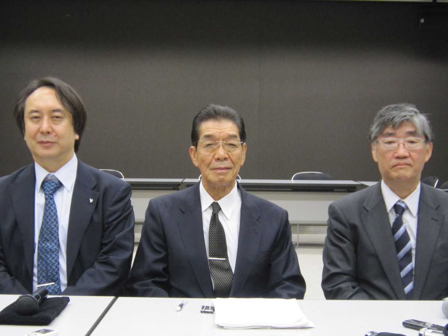 7月4日に日本専門医機構の理事長に選任された吉村博邦氏(地域医療振興協会顧問、北里大学名誉教授、中央)と、山下英俊副理事長(山形大学医学部長、向かって右)と松原謙二副理事長(日本医師会副会長、向かって左)