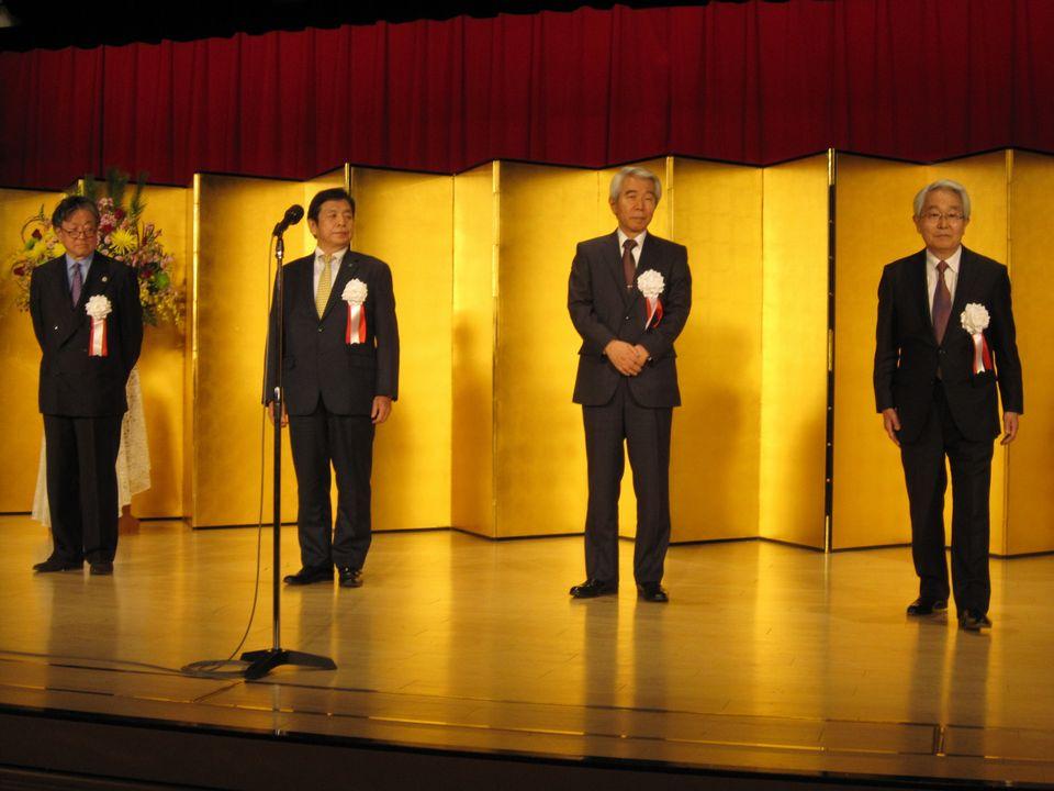 1月13日に開催された四病院団体協議会賀詞交歓会で挨拶した、日本病院会の堺常雄会長(向かって右)、全日本病院協会の西澤寛俊会長(右から2番目)、日本医療法人協会の加納繁照会長(向かって左から2番目)、日本精神科病院協会の山崎學会長(向かって左)