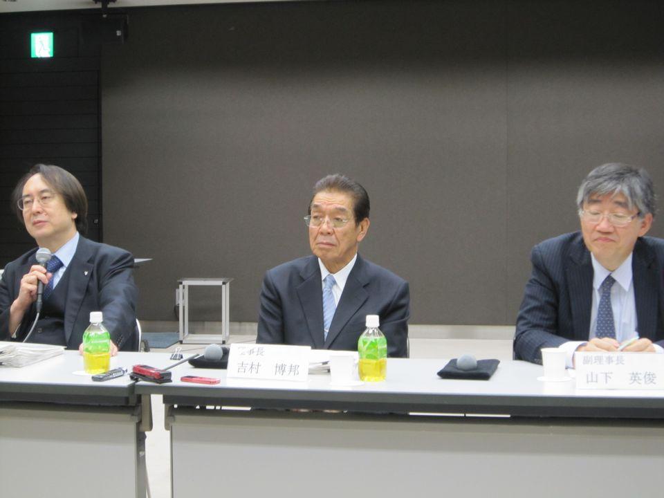 2月17日の理事会後に記者会見に臨んだ、日本専門医機構の吉村博邦理事長(地域医療振興協会顧問、北里大学名誉教授、中央)と、山下英俊副理事長(山形大学医学部長、向かって右)、松原謙二副理事長(日本医師会副会長、向かって左)
