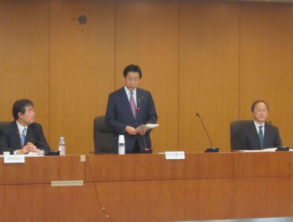 がんゲノム医療の推進に向けた検討を要請する塩崎恭久厚生労働大臣(中央)