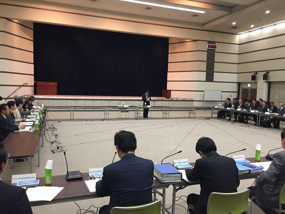 4月24日に開催された、「第1回 今後の医師養成の在り方と地域医療の確保に関する検討会」。冒頭で塩崎恭久厚生労働大臣から設置の趣旨などが説明された。