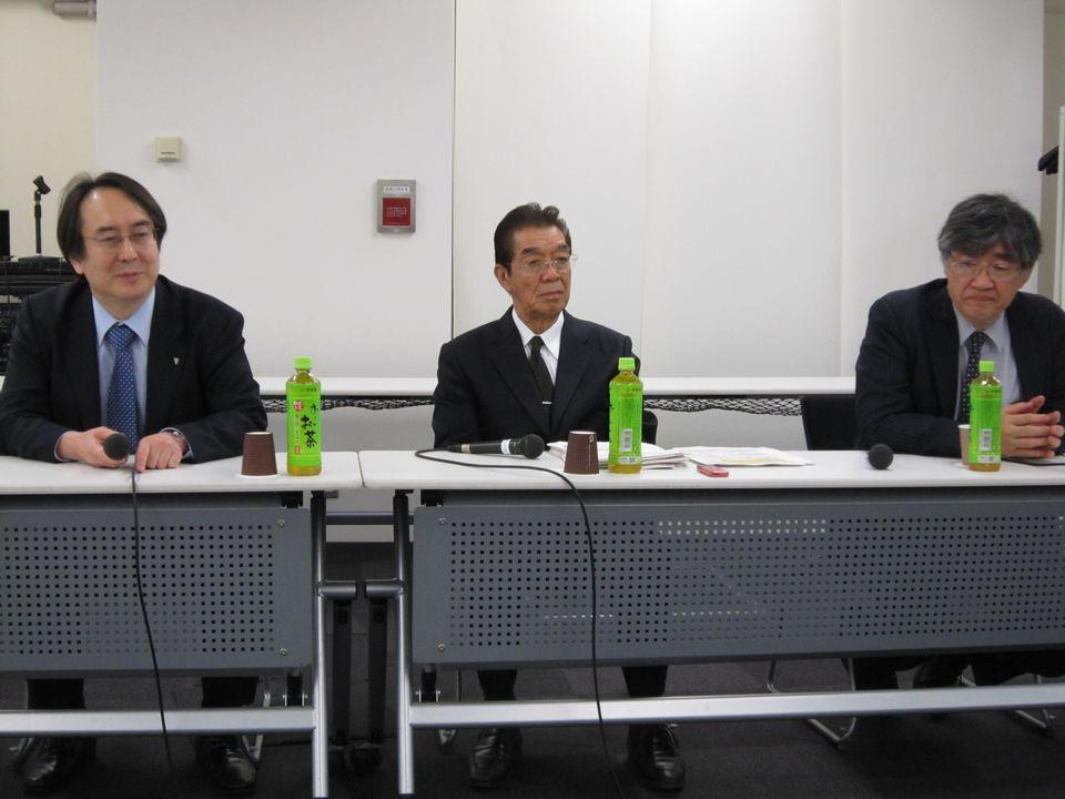 5月12日、理事会後の記者会見に臨んだ、日本専門医機構の吉村博邦理事長(地域医療振興協会顧問、北里大学名誉教授、中央)と、山下英俊副理事長(山形大学医学部長、向かって右)、松原謙二副理事長(日本医師会副会長、向かって左)