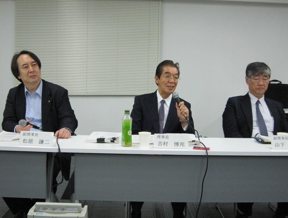 6月2日、理事会後の記者会見に臨んだ、日本専門医機構の吉村博邦理事長(地域医療振興協会顧問、北里大学名誉教授、中央)と、山下英俊副理事長(山形大学医学部長、向かって右)、松原謙二副理事長(日本医師会副会長、向かって左)
