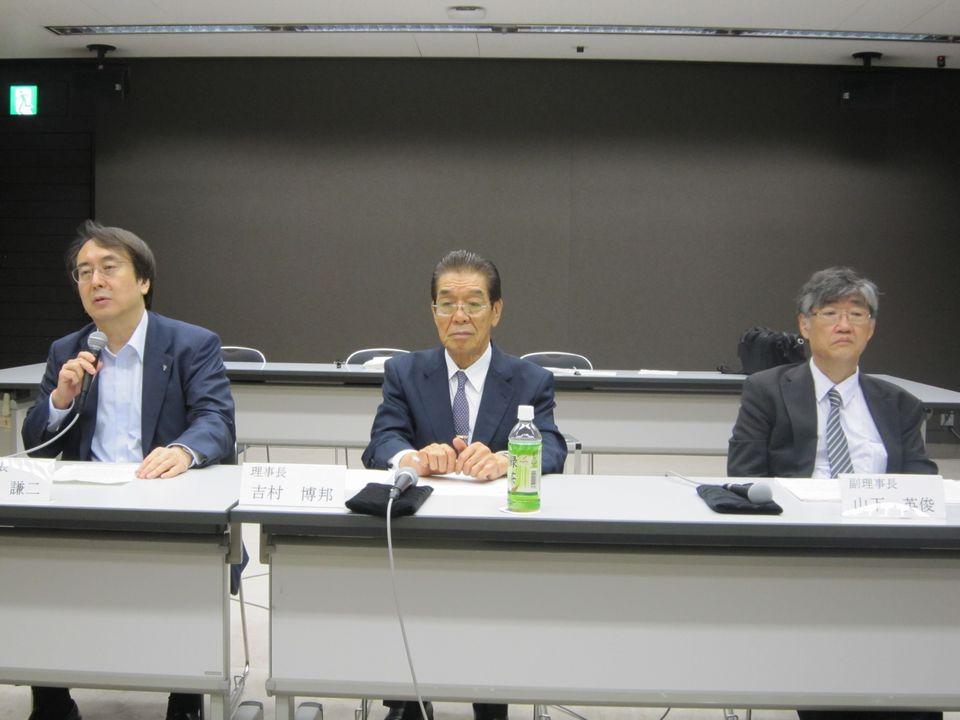 7月7日、理事会後の記者会見に臨んだ、日本専門医機構の吉村博邦理事長(地域医療振興協会顧問、北里大学名誉教授、中央)と、山下英俊副理事長(山形大学医学部長、向かって右)、松原謙二副理事長(日本医師会副会長、向かって左)