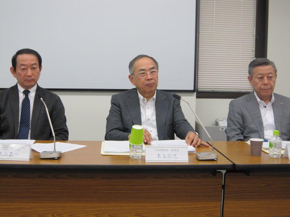 7月24日に定例会見に臨んだ、日本病院会の相澤孝夫会長(向かって右)、末永裕之副会長(中央)、丸山嘉一氏(向かって左)
