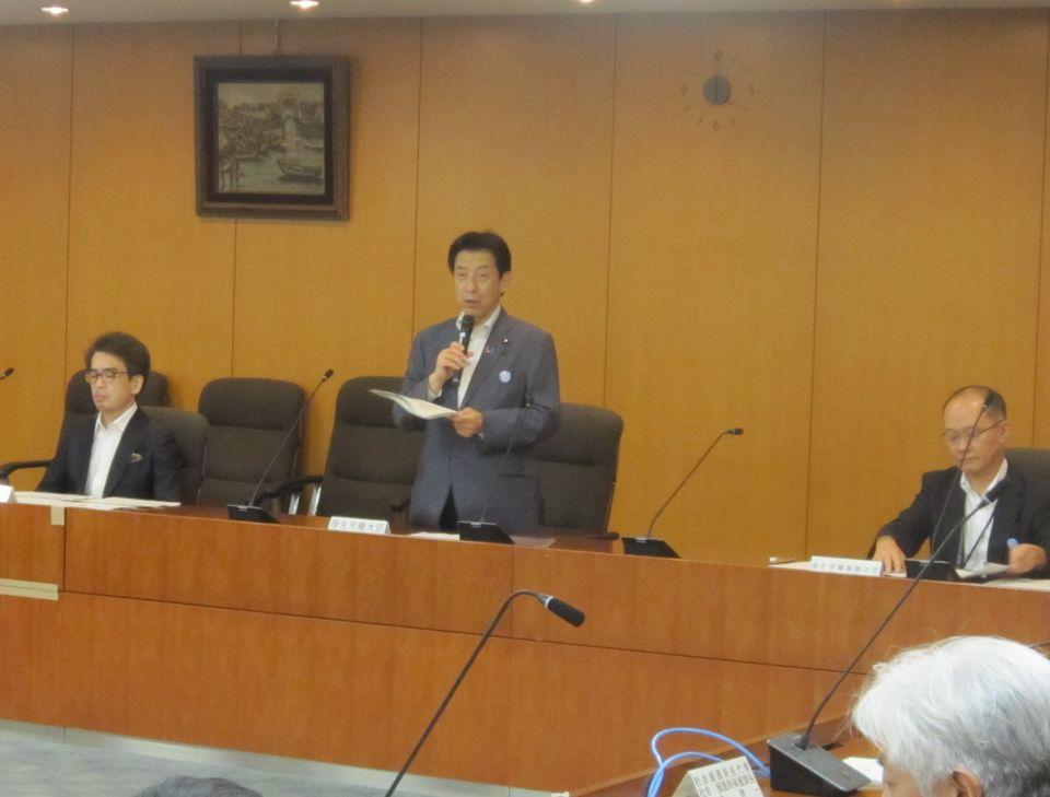 データヘルス改革の実現に向け、厚労省内の体制を強化することを説明する塩崎恭久厚生労働大臣