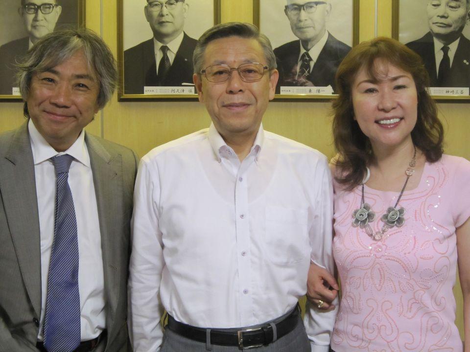 日本病院会の相澤孝夫会長(写真中央)と、グローバルヘルスコンサルティング・ジャパン代表取締役社長の渡辺幸子(写真向かって右)、グローバルヘルスコンサルティング米国会長のアキよしかわ(写真、向かって左)