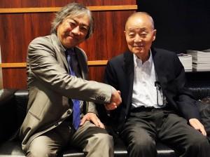 インタビュー後に握手する関原氏(右)とアキ