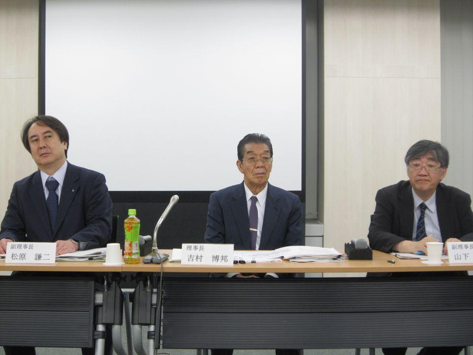 9月21日の理事会後に記者会見に臨んだ、日本専門医機構の吉村博邦理事長(地域医療振興協会顧問、北里大学名誉教授、中央)と、山下英俊副理事長(山形大学医学部長、向かって右)、松原謙二副理事長(日本医師会副会長、向かって左)
