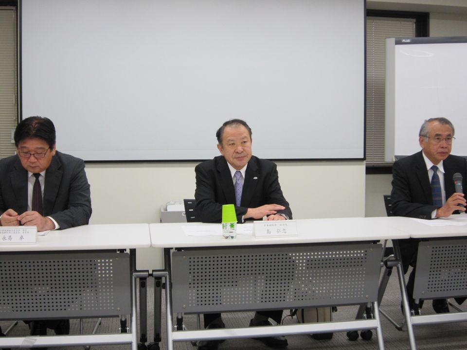 10月31日の定例記者会見に臨んだ、日本病院会の万代恭嗣副会長/会長代行(写真向かって右)、島弘志副会長(写真中央)、永易卓診療報酬検討委員会委員(写真向かって左)