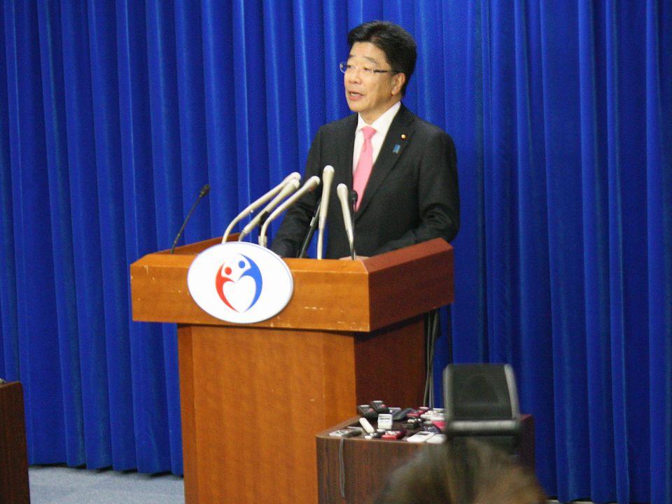 12月18日、麻生太郎財務大臣との折衝後に記者会見した加藤勝信厚生労働大臣