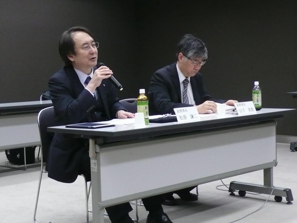 1月19日の理事会後に記者会見に臨んだ、日本専門医機構の山下英俊副理事長(山形大学医学部長、向かって右)と松原謙二副理事長(日本医師会副会長、向かって左)