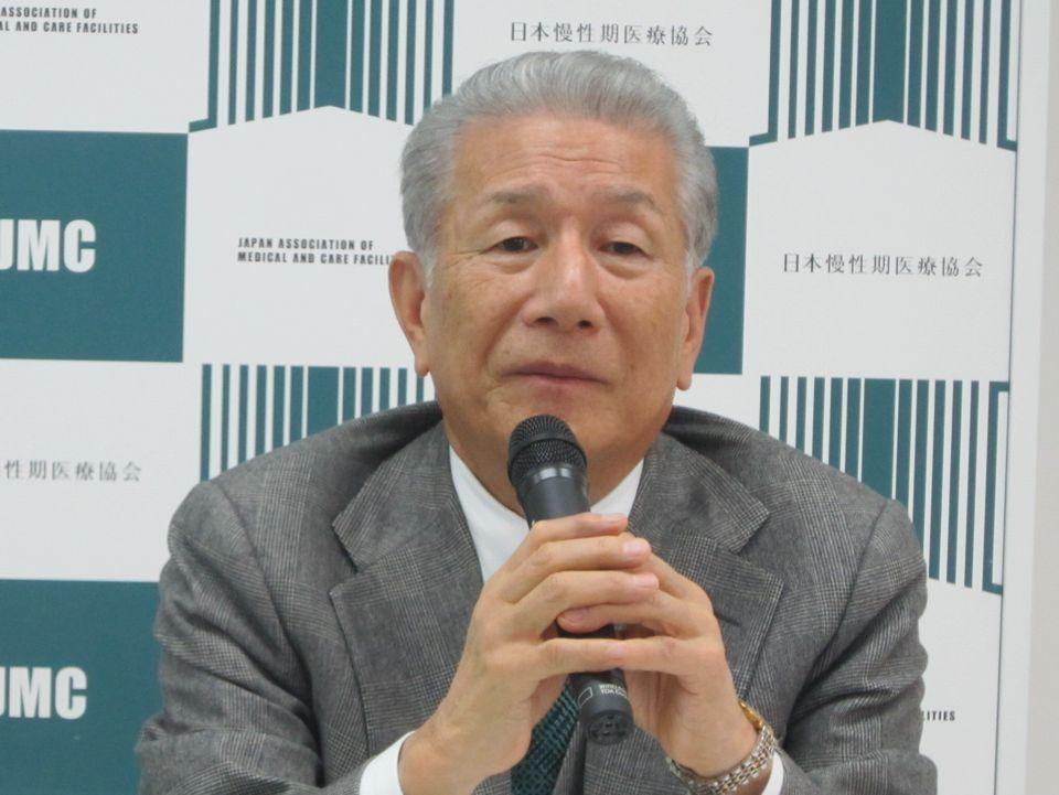 2月8日に定例記者会見で、2018年度診療報酬・介護報酬改定の内容を高く評価した、日本慢性期医療協会の武久洋三会長