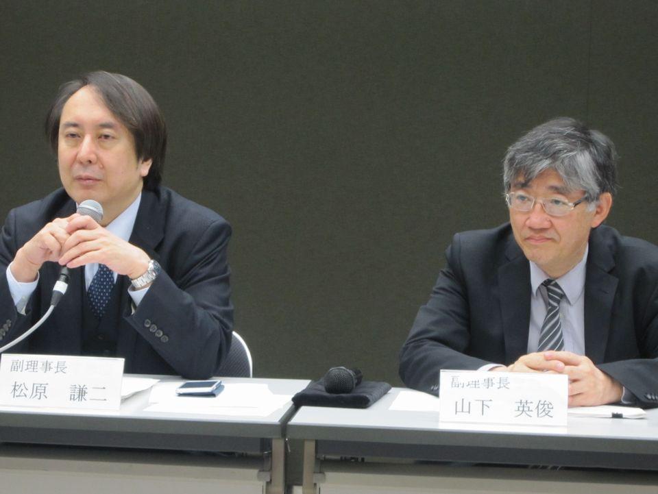 2月9日の日本専門医機構理事会終了後に、記者会見に臨んだ山下英俊副理事長(山形大学医学部長、向かって右)と松原謙二副理事長(日本医師会副会長、向かって左)