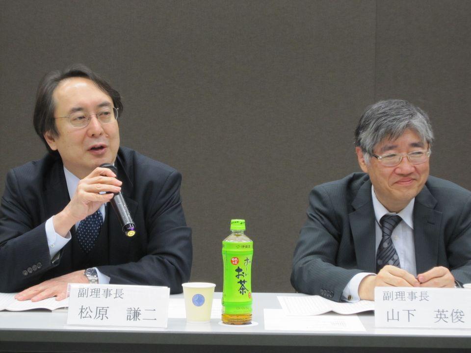 3月16日の日本専門医機構理事会終了後に、記者会見に臨んだ山下英俊副理事長(山形大学医学部長、向かって右)と松原謙二副理事長(日本医師会副会長、向かって左)