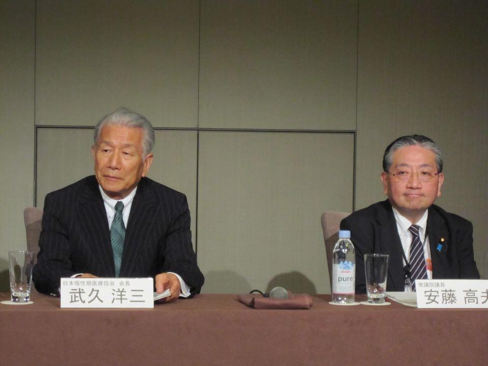 日本慢性期医療協会の武久洋三会長(写真、向かって左)と、衆議院の安藤高夫議員(写真、向かって右)