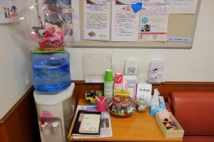 湘南記念病院の乳がんセンターには、温かい飲み物がいつでも飲めるようにアクアクララとテーパック、コップ、甘いクッキーなどのお菓子が常備されています
