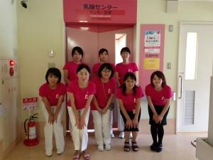 乳がんセンタースタッフの一部。マンモグラフィサンデーの時にそろいのピンクリボンシャツで。