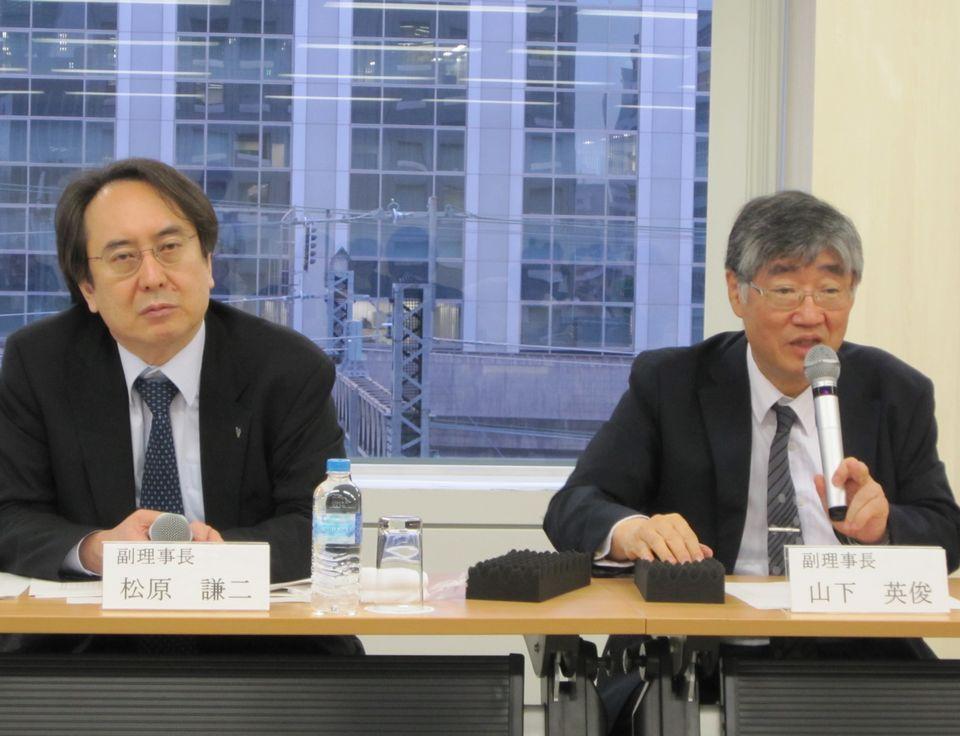 5月18日の日本専門医機構理事会終了後に、記者会見に臨んだ山下英俊副理事長(山形大学医学部長、向かって右)と松原謙二副理事長(日本医師会副会長、向かって左)