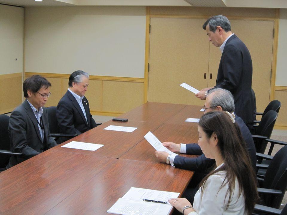 被用者保険5団体を代表して、健康保険組合連合会の佐野雅宏副会長が、要望内容を厚労省の鈴木保険局長に伝達