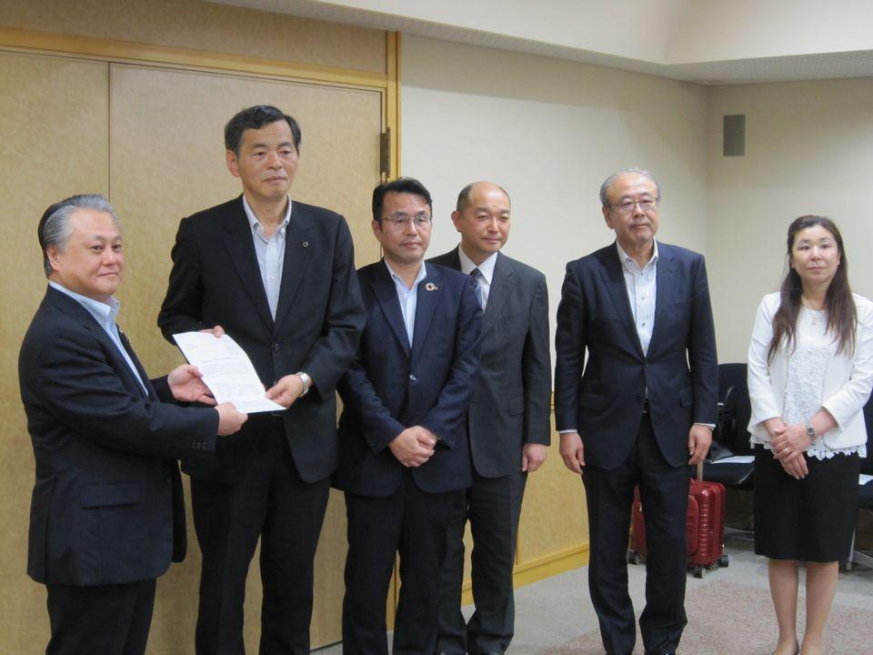 要望書は、被用者保険5団体から厚労省の鈴木保険局長に手渡された