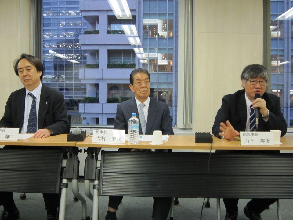 6月15日、理事会後の記者会見に臨んだ、日本専門医機構の吉村博邦理事長(地域医療振興協会顧問、北里大学名誉教授、中央)と、山下英俊副理事長(山形大学医学部長、向かって右)、松原謙二副理事長(日本医師会副会長、向かって左)