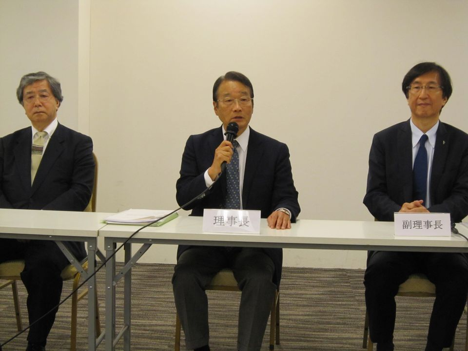 7月20日の日本専門医機構・理事会で、新理事長に選出された寺本民生氏(帝京大学・臨床研究センター長、写真中央)、副理事長に選出された兼松隆之氏・(長崎市立病院機構・理事長、写真向かって左)、今村聡氏(日本医師会副会長、写真向かって右)