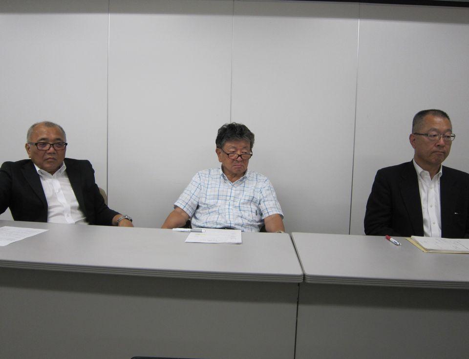 7月25日の四病院団体協議会・総合部会後に記者会見に臨んだ、日本精神科病院協会の山崎學会長(写真中央)、全日本病院協会の猪口雄二会長(写真向かって左)、日本医療法人協会の伊藤伸一会長代行(写真向かって右)