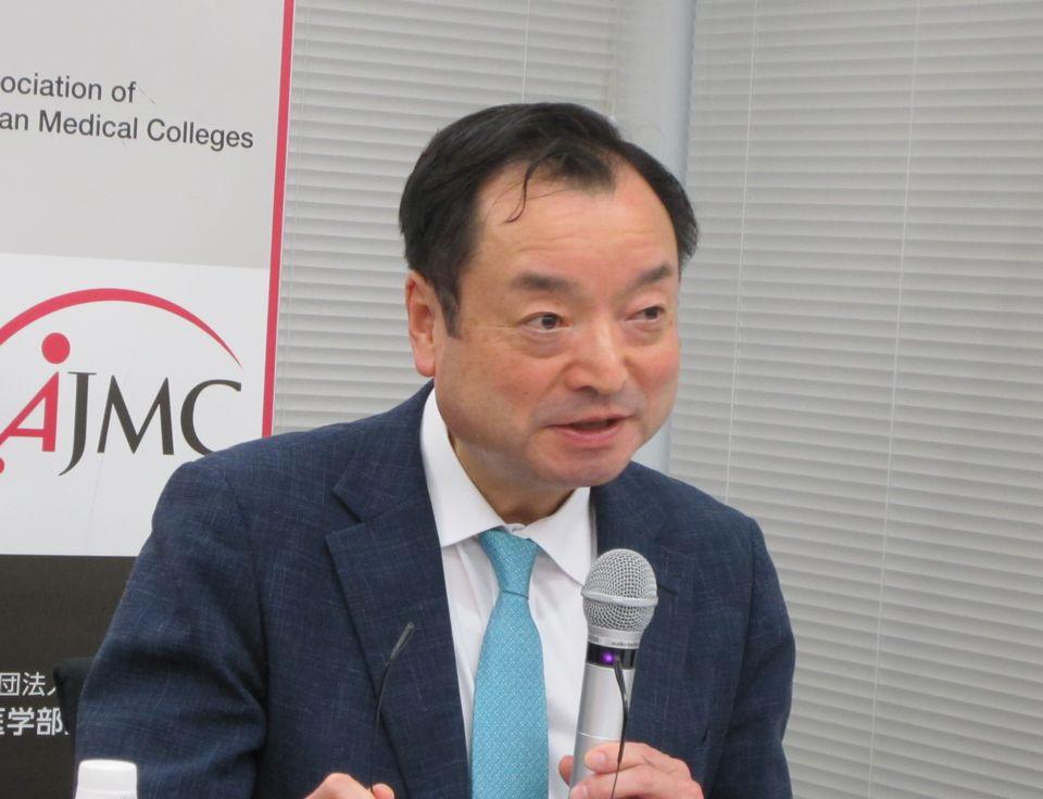 2017年度の研修医に関する実態調査について報告を行った、守山正胤・地域医療検討委員会委員長(大分大学医学部長)