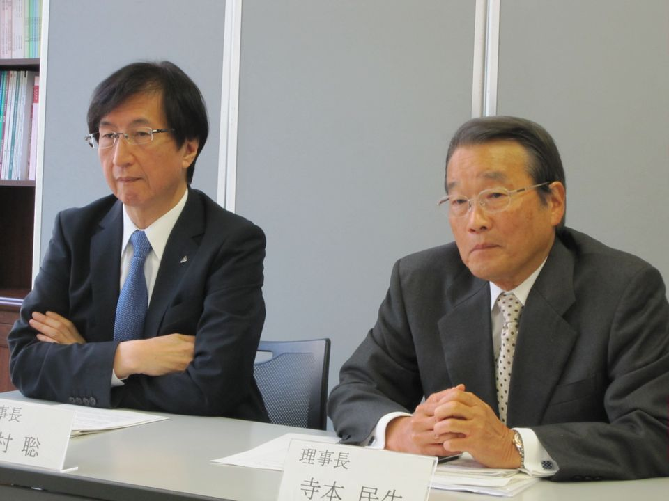 10月22日の定例記者会見に臨んだ日本専門医機構の寺本民生理事長(帝京大学・臨床研究センター長、向かって右)と今村聡副理事長(日本医師会副会長、向かって左)