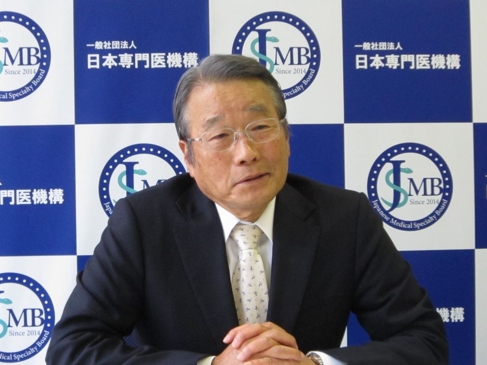 4月22日に定例記者会見に臨んだ、日本専門医機構の寺本民生理事長(帝京大学・臨床研究センター長)