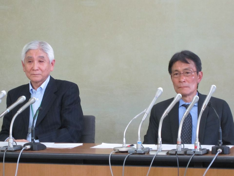 5月15日に記者会見に臨んだ健康保険組合連合会の幸野庄司理事(写真、向かって右)と全国健康保険協会の吉森俊和理事(写真、向かって左)