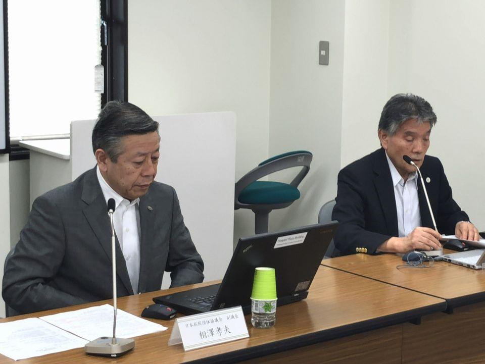 7月26日の日本病院団体協議会・代表者会議後に記者会見に臨んだ、長瀬輝諠議長(日本精神科病院協会副会長、向かって右)と相澤孝夫副議長(日本病院会会長、向かって左)